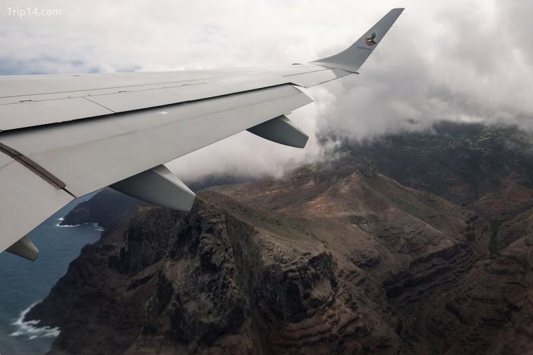 Địa hình ấn tượng của hòn đảo có thể được nhìn thấy từ cửa sổ của máy bay cất cánh từ sân bay Một bảng chỉ đường chào đón du khách đến đảo gần sân bay St Helena