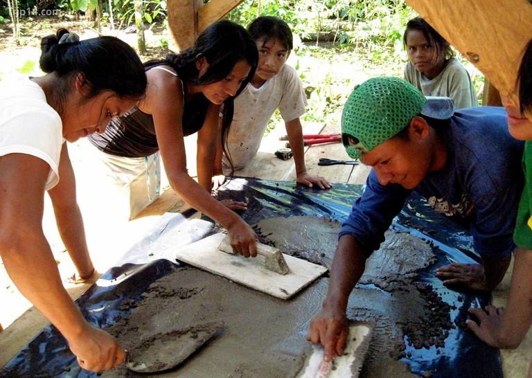 Các thành viên cộng đồng Achuar tham gia công việc xây dựng