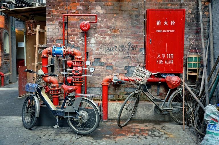Xe đạp và ống nước đỏ trong một con hẻm của Tianzifang, một khu vực được cải tạo trong Khu tô giới của Pháp gần Tai Khang Lu, Thượng Hải - Trung Quốc - Trip14.com
