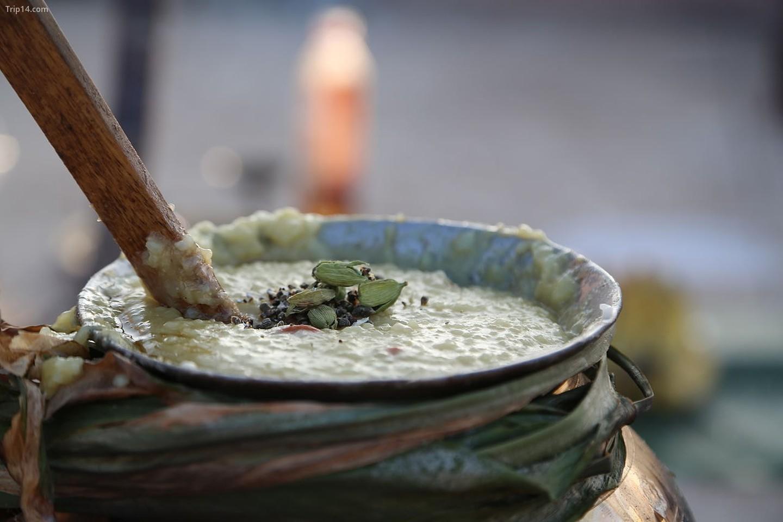 Người Tamil ăn mừng lễ Pongal bằng một món ngọt được gọi là Sakkara Pongal và phù hộ các vị thần bằng cách cho bò ăn và cầu nguyện   |