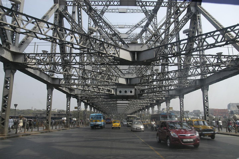 Cầu Howrah không có đai ốc hay đai ốc và thay vào đó được giữ với nhau hoàn toàn bằng đinh tán