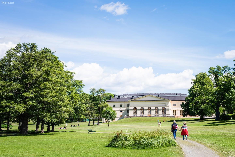 Cung điện Drottningholm và công viên trong một ngày hè đầy nắng. Nơi ở của gia đình hoàng gia Thụy Điển   |