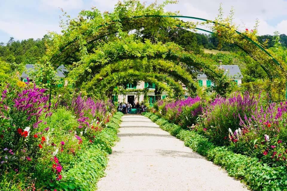 Cổng vào đầy hoa của nhà họa sĩ Monet - Khám phá Bretagne, Pháp - Ảnh 5