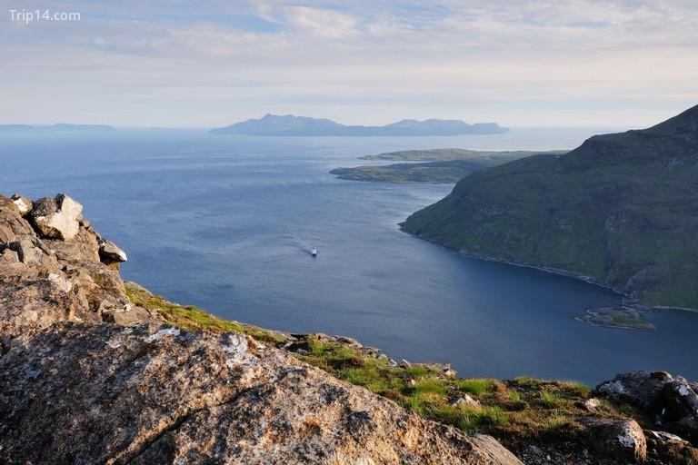 Ngắm nhìn hồ Loch Scavaig về phía Đảo Rum từ đỉnh Sgurr na Stri trên Isle of Skye, Scotland