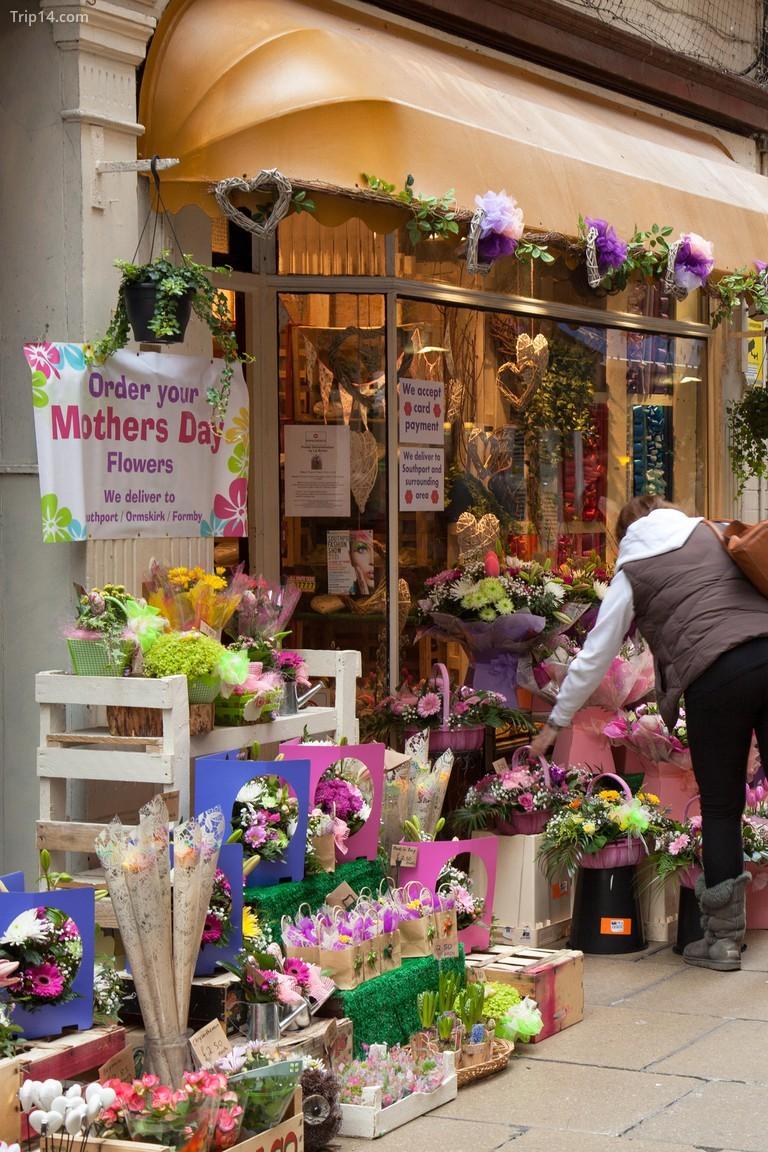 Mua hoa tặng mẹ nhân Ngày của mẹ