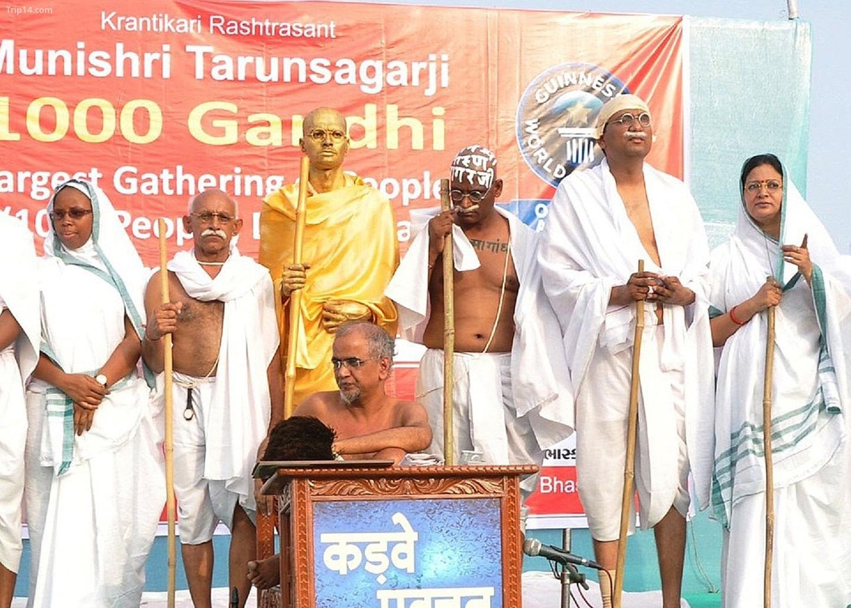 Ghi chú Digambar Jain thánh Tarun Sagar Maharaj (giữa) tại sự kiện tôn vinh Mahatma Gandhi   |