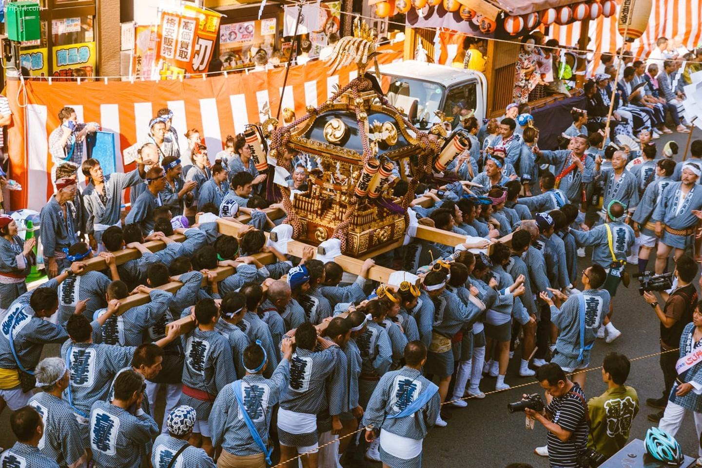 Những người tham gia hô theo cùng một nhịp điệu trong suốt cuộc diễu hành Kichijoji   |   Mithila Jariwala /