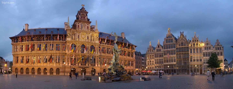 Tòa thị chính Antwerp với bức tượng Brabo ở phía trước   |