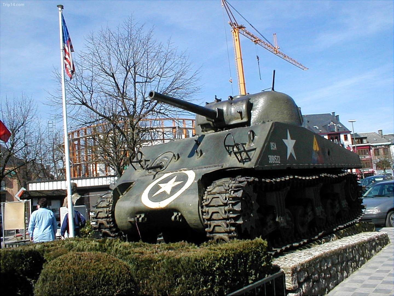 Một chiếc xe tăng của Mỹ được sử dụng trong Thế chiến II ở trung tâm Bastogne   |