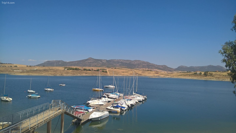 Hồ chứa Orellana là nơi để bơi lội sảng khoái để chống lại mùa hè nóng nực của Extremadura.   |
