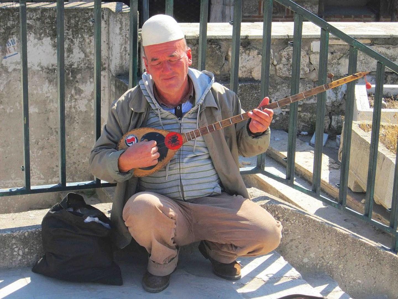 Một người đàn ông Albania chơi Çifteli   |