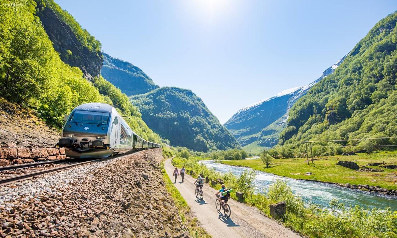 Bạn có thể đi bộ đường dài hoặc đi xe đạp bên cạnh đường sắt Flåmsbana   |