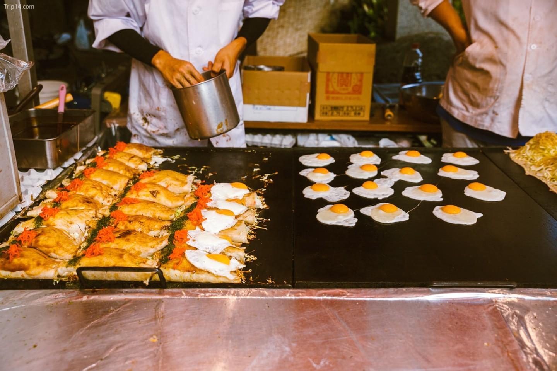 Người bán hàng rong cho mọi người ăn tại lễ hội Kichijoji   |   Mithila Jariwala /