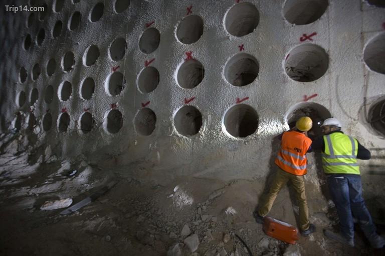 Tín dụng bắt buộc: Ảnh của Courtesy Rolzur / SIPA / REX / Shutterstock (9253300s) Các công nhân xem xét bên trong một trong những hầm chôn cất được xây dựng một phần bên trong dự án đường hầm chôn cất đồ sộ tại Nghĩa trang Givat Shaul, Har HaMenuchot, ở Jerusalem. Xây dựng nghĩa trang ngầm ở Jerusalem, Israel - 29/11/2017 Một cấu trúc giống như tổ ong được xây dựng sâu dưới lòng đất ở Jerusalem đang cung cấp một giải pháp sáng tạo cho tình trạng thiếu không gian chôn cất người chết thường xuyên của thành phố linh thiêng. Các đường hầm kéo dài hơn một km (nửa dặm) bên dưới nghĩa trang chính của Jerusalem đã được khai quật cẩn thận trong hai năm qua để nhường chỗ cho khoảng 22.000 người. Dự án trị giá 50 triệu USD, được tài trợ bởi Chevra Kadisha, một tổ chức chôn cất người Do Thái, dự kiến sẽ hoàn thành vào cuối năm 2018.