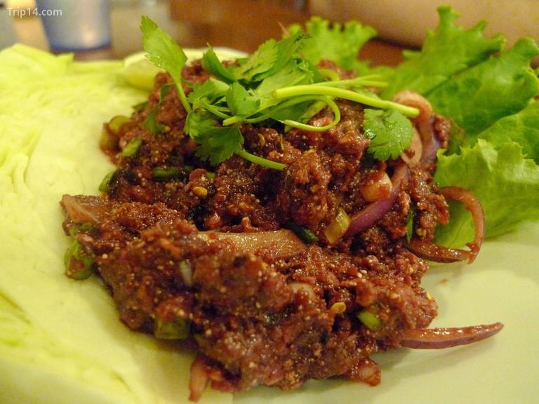 Một món salad Thái có thịt bò sống© Ron Dollete / Flickr - Trip14.com