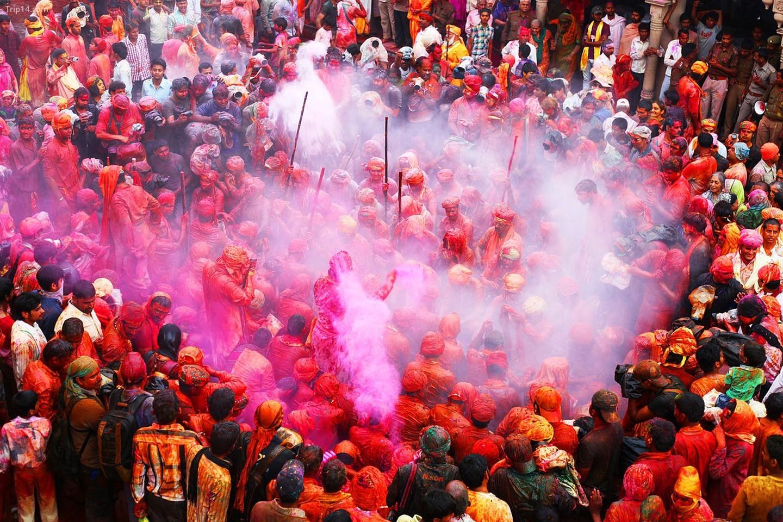 Đàn ông và phụ nữ đã kết hôn tham gia nghi lễ Lathmar Holi ở Barsana, Uttar Pradesh   |