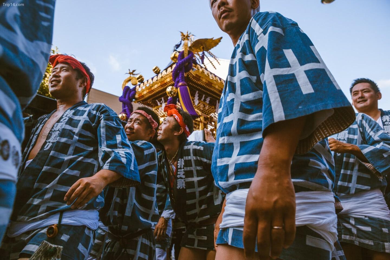 Những người tham gia lễ hội Kichijoji khiêng Mikoshi