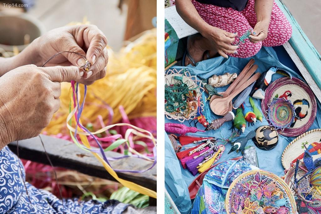 Một nữ thợ thủ công địa phương đến thăm tàu du lịch để bán đồ thủ công của mình cho khách du lịch như một phần của sự liên kết hỗ trợ du lịch địa phương. Các sợi từ cây chambira được làm bởi các thợ thủ công