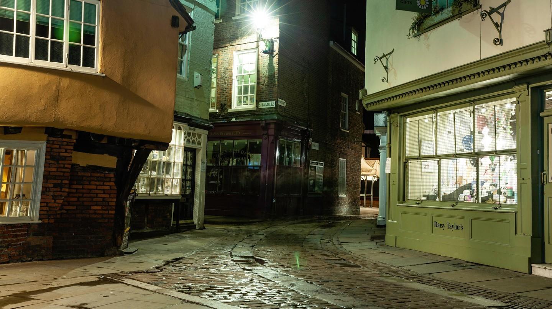 York, run rẩy trong một đêm ẩm ướt