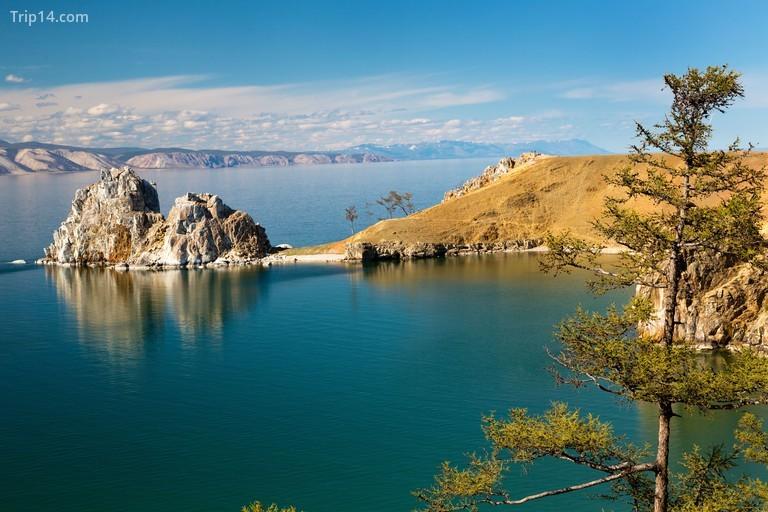 Quang cảnh bờ biển hồ Baikal, đá Shaman và mũi Burhan trên Đảo Olkhon, Nga