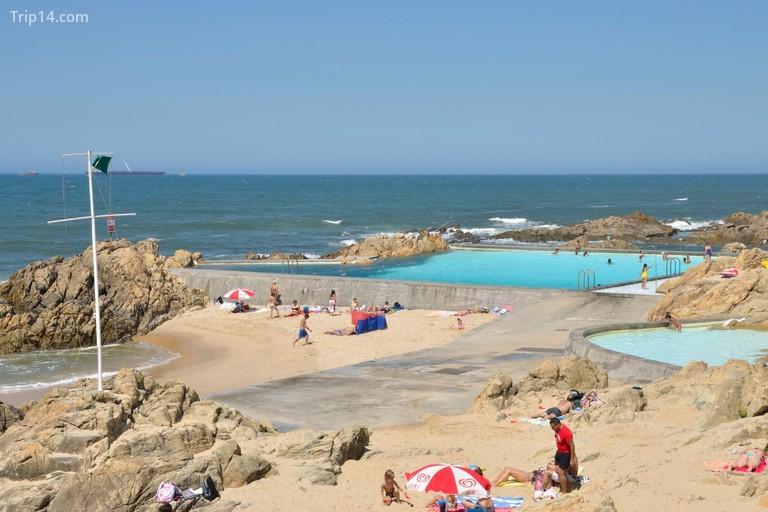 Mọi người tắm nắng tại hồ bơi Leça Da Palmeira ở phía bắc thành phố Matosinhos, Bồ Đào Nha