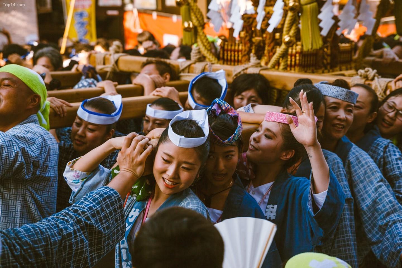 Những người phụ nữ mang điện thờ ở Kichijoji   |   Mithila Jariwala /