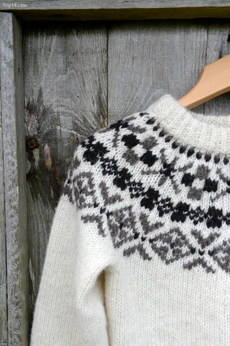 Kiểu đan Fair Isle đặc biệt có từ hàng trăm năm trước - chiếc áo len này được làm bằng len hữu cơ Shetland với màu sắc tự nhiên từ cừu Shetland © Dave Donaldson / Alamy Kho ảnh