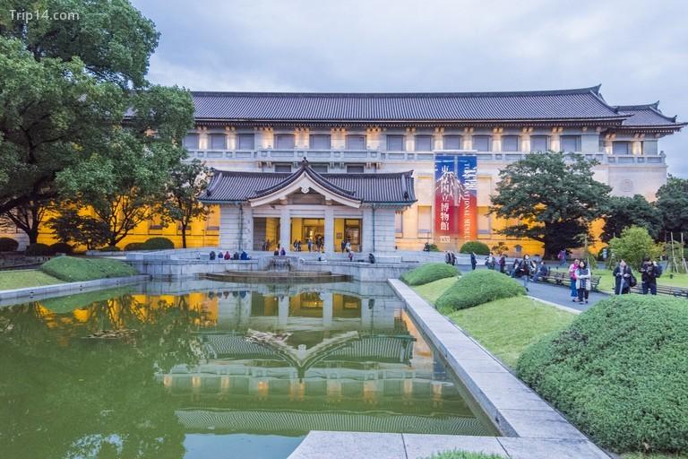 đi bộ cạnh lối vào của tòa nhà bảo tàng Honkan, nơi lưu giữ Phòng trưng bày Nhật Bản trong Bảo tàng Quốc gia Tokyo ở Công viên Ueno tại phường Taito, thành phố Tokyo, Nhật Bản