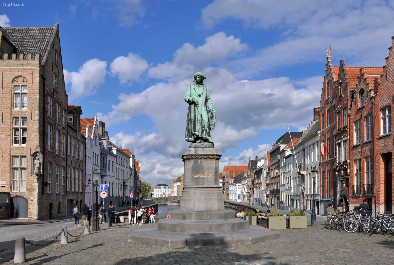 Jan van Eyckplein ở Bruges, nơi những ngôi nhà lịch sử của thành phố từng làm việc và vui chơi   |