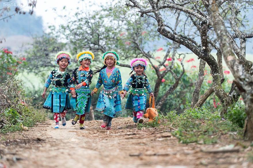 """Bức ảnh """"Trẻ em Mộc Châu"""" của tác giả Nguyễn Vũ Phước. Vào dịp tết, trẻ em người Mông mặc quần áo truyền thống và đi thăm các ngôi nhà trong buôn làng"""