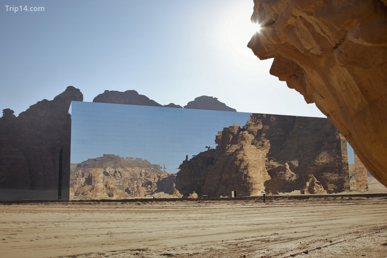 Địa điểm đa năng dường như hòa hợp với cảnh quan © AlUla
