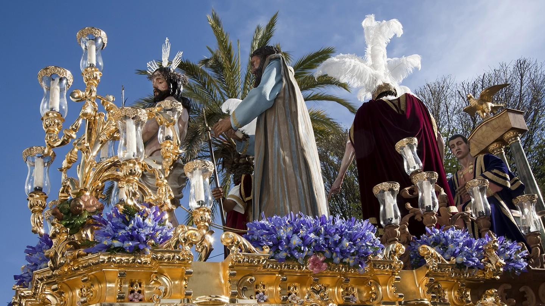 Một cuộc diễu hành công phu trong Tuần Thánh ở Carmona ở Andalucía, Tây Ban Nha